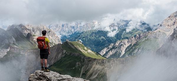 Wanderer blickt auf Berge